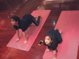 黄多多和妹妹一起练瑜伽 动作同步超可爱