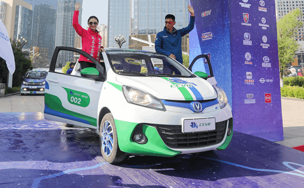 跳水奥运冠军桑雪助力电动汽车赛发车仪式