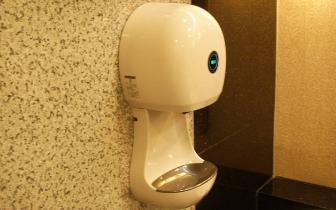 用公共厕所的烘手机 你的手可能会白洗