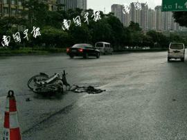 面包车司机扶起摔伤倒地的电车骑手 被反咬担责