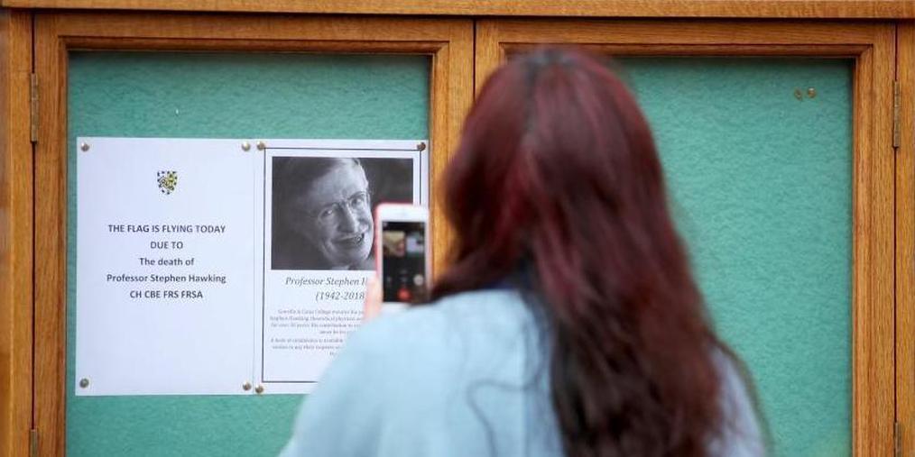 剑桥大学降半旗 师生排队写吊唁簿悼念霍金