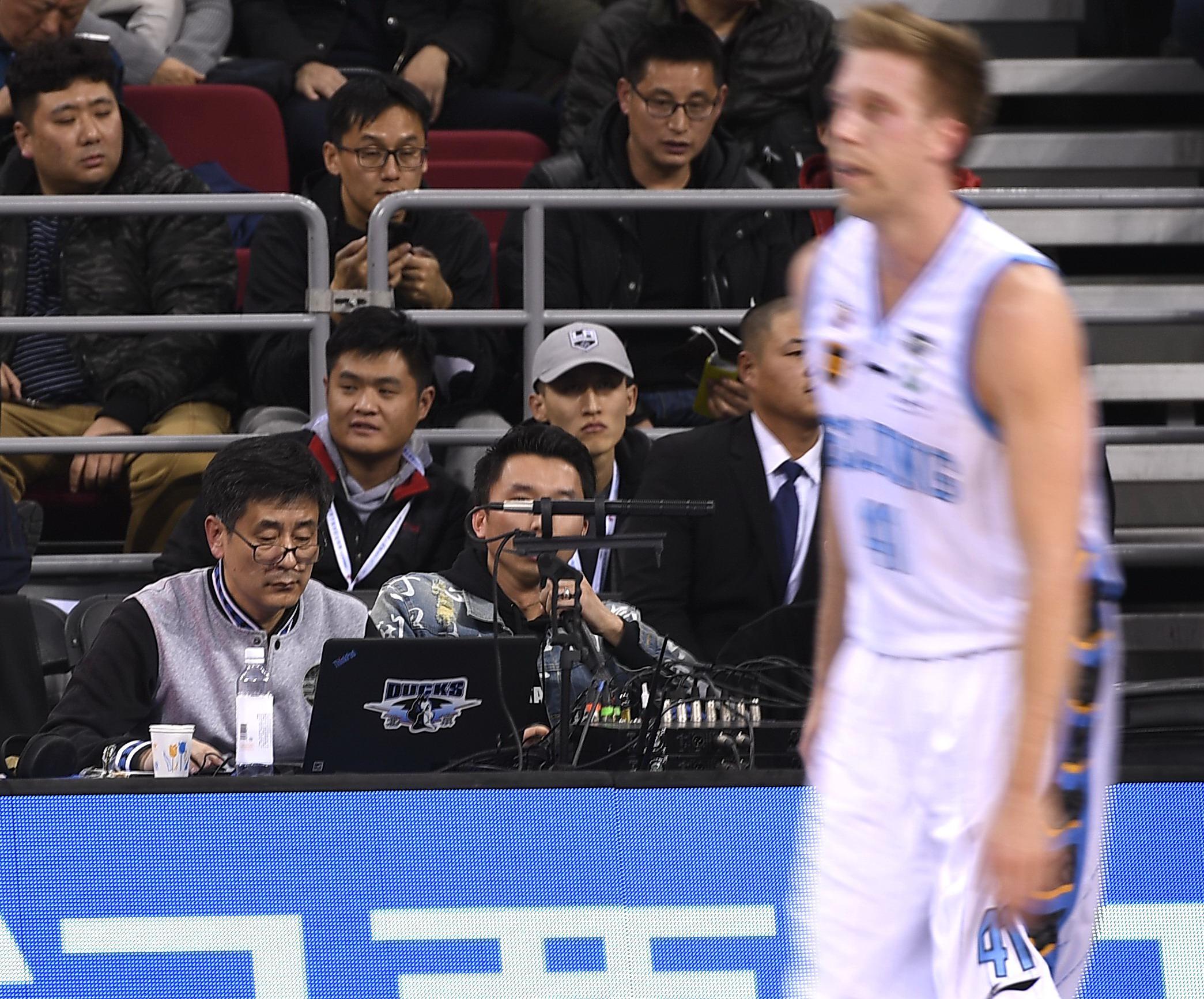 55岁的北京主场DJ杨雨茂(戴眼镜者)