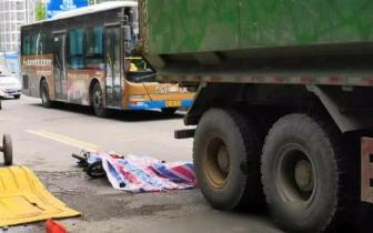 突发!福州闹市区渣土车和电动车相撞 骑手当场死亡