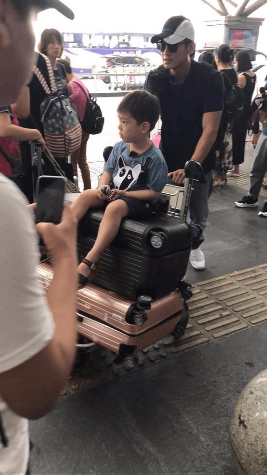杜江带儿子现身机场 疑似录制《爸爸去哪儿5》