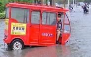 暴雨致部分道路小区积水 影响市民出行