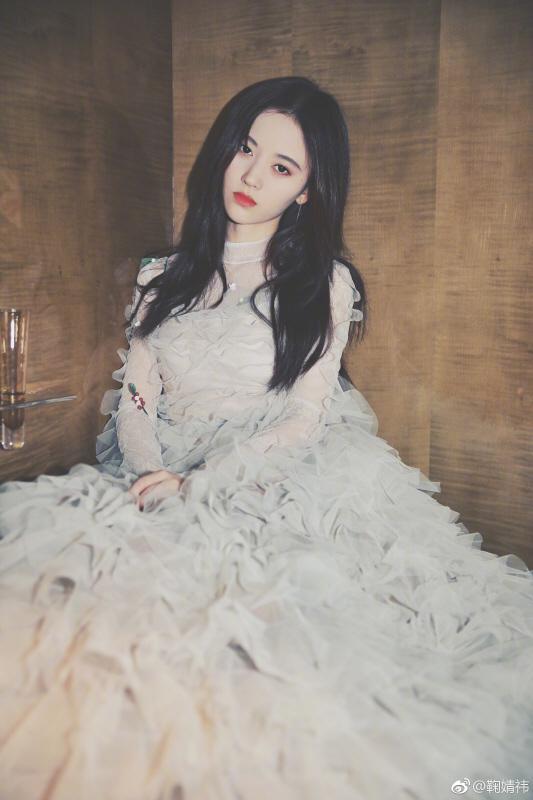 鞠婧祎出席东方风云榜 影视歌跨界艺人获认可