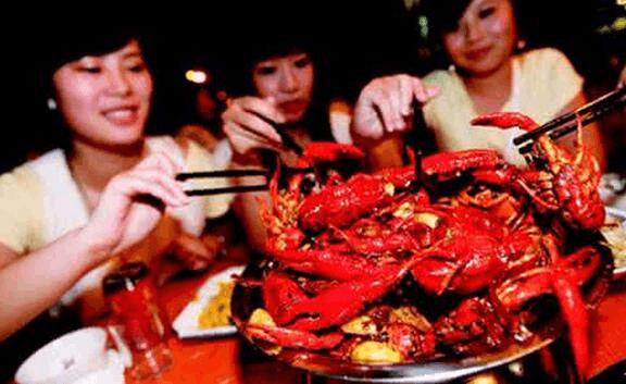 身价飙升!小龙虾进洞难以打捞 每斤涨了六七块