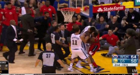 【影片】場面火爆!追夢綠和Beal發生激烈衝突雙雙被罰出場-籃球圈