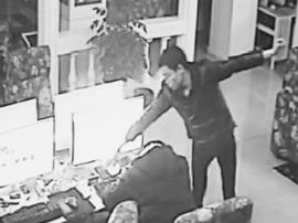 """小偷网吧偷手机被揪出  不想反被""""敲竹杠"""""""