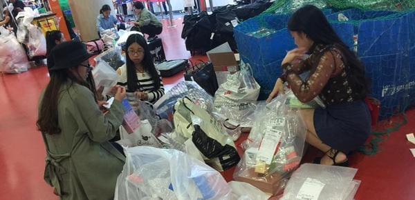 买买买!中国代购在韩国机场疯狂拆包装