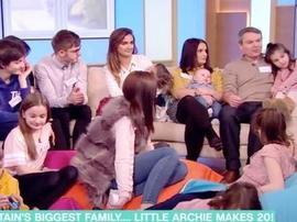 英国最大家庭有20个子女 11岁女儿称压力大