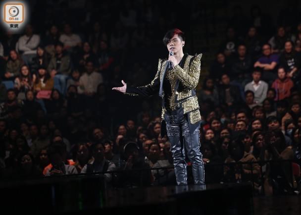 张敬轩重提退出《歌手》风波 跪地致谢粉丝