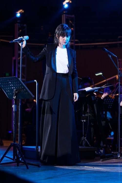 周笔畅公益音乐会上海开唱 彩虹合唱团助阵
