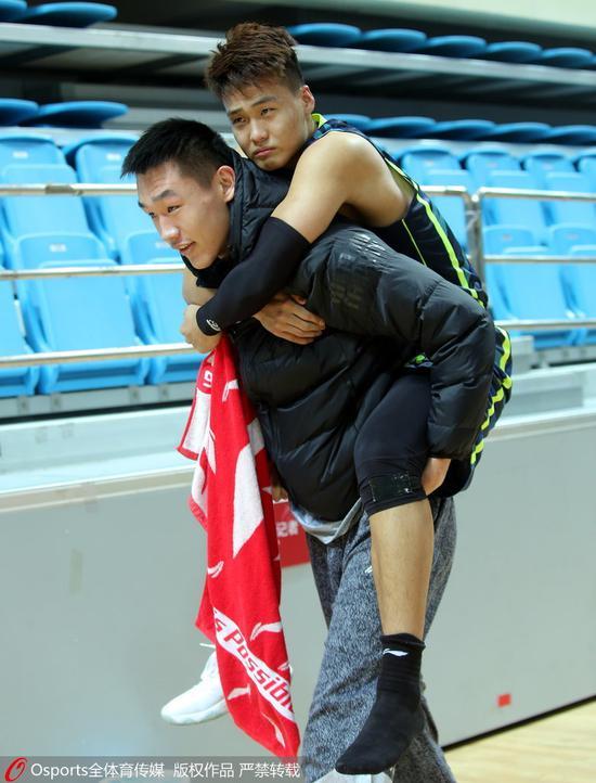 常规赛第11轮:赵睿受伤被背出场