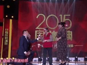 姜超跪着给她颁奖 80岁仍拍戏为儿还房贷