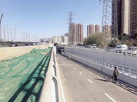 西三环陇海铁路桥下穿慢车道人行道开通