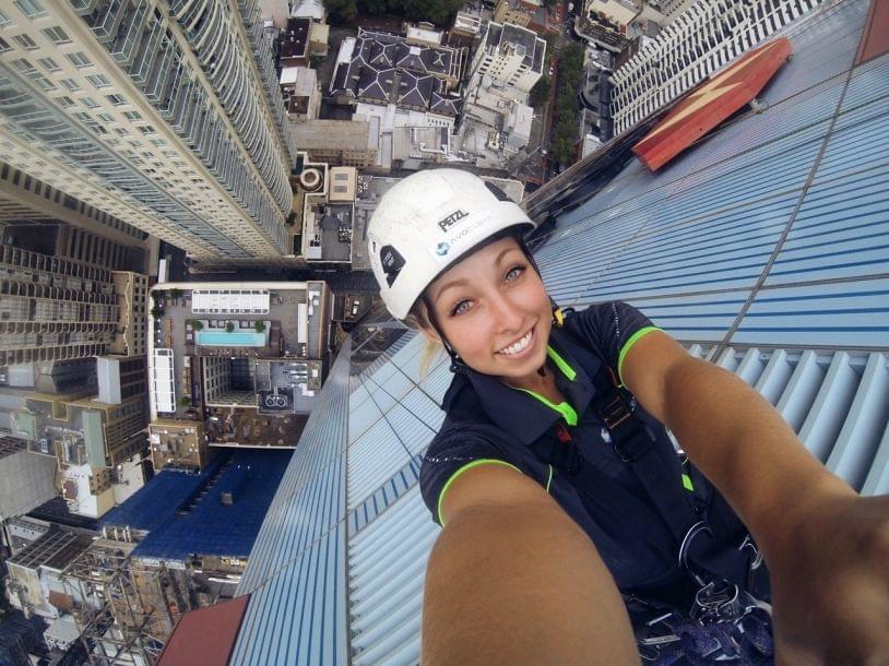 爱工作爱自拍:悬挂在摩天大楼上的工人们