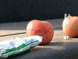 考试季 济南一高校学子用零食水果参拜孔子