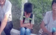 父亲将10岁儿子独自丢路上 小孩路口哭泣