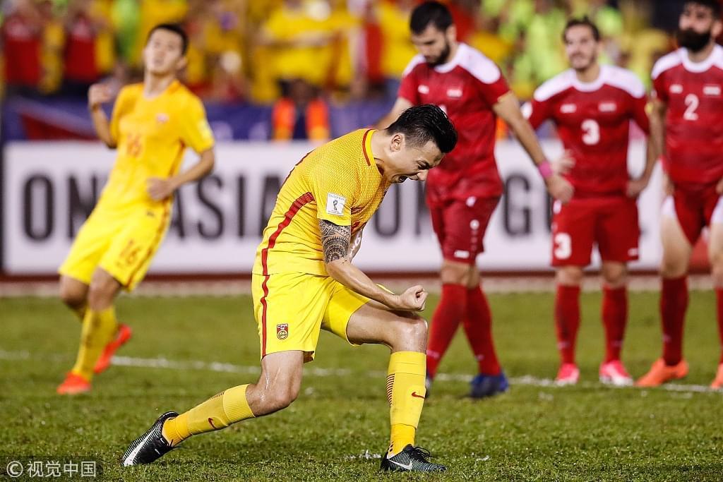 中国足球在这一年给球迷带来过狂喜也带来过失望。