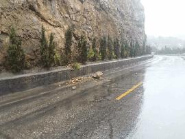 因降雨浑源辖区省道大灵线发生落石情况