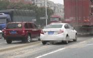 混凝土车沿路抛洒 运输企业被罚扫马路