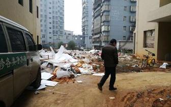 为讨血汗钱农民工携艾滋病毒者封锁咸宁水岸澜庭楼栋单元门