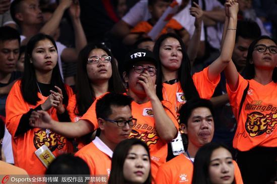 广东去年丢冠后球迷痛哭