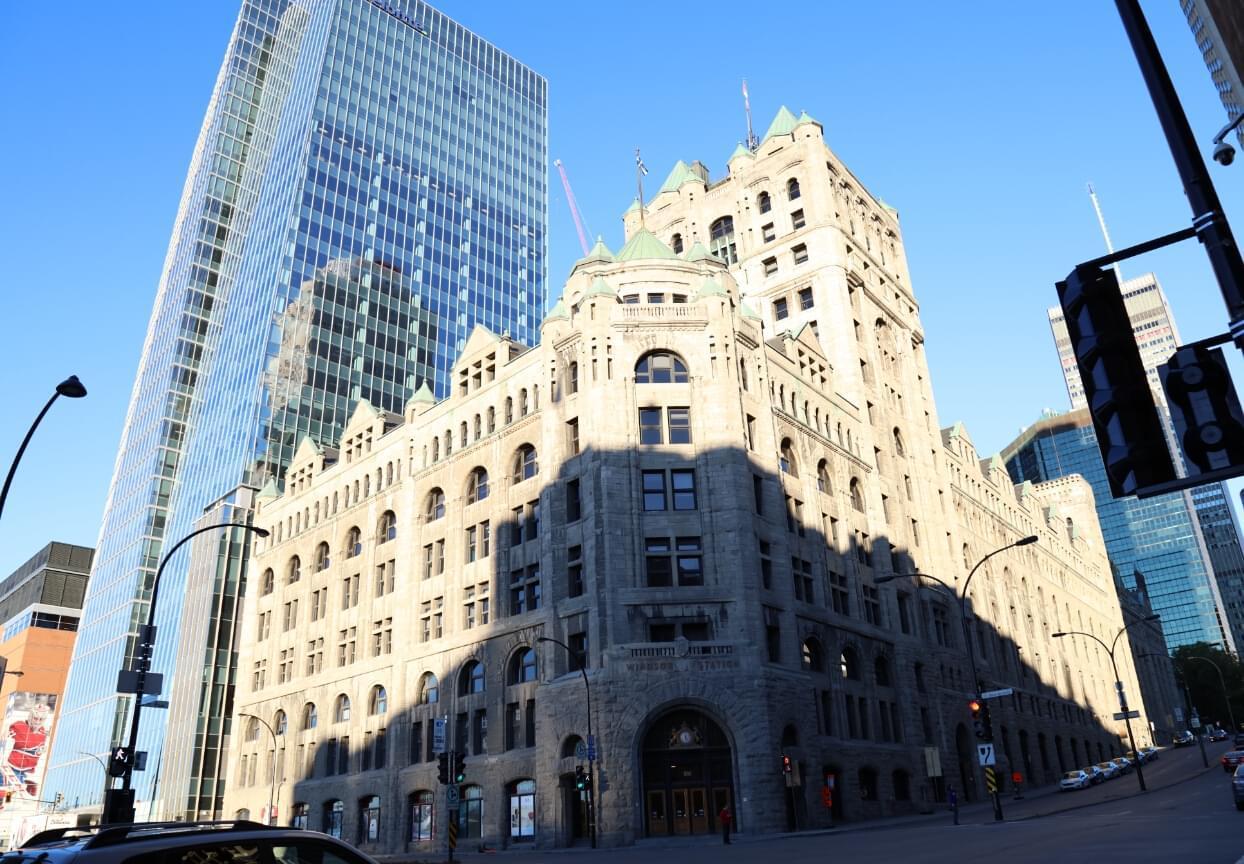 新老建筑交汇的街角