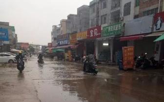 心塞 贵港龙山路口这条路一下雨就变成一条河
