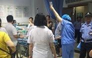 母子散步遭汽车碾压 群众用千斤顶救人