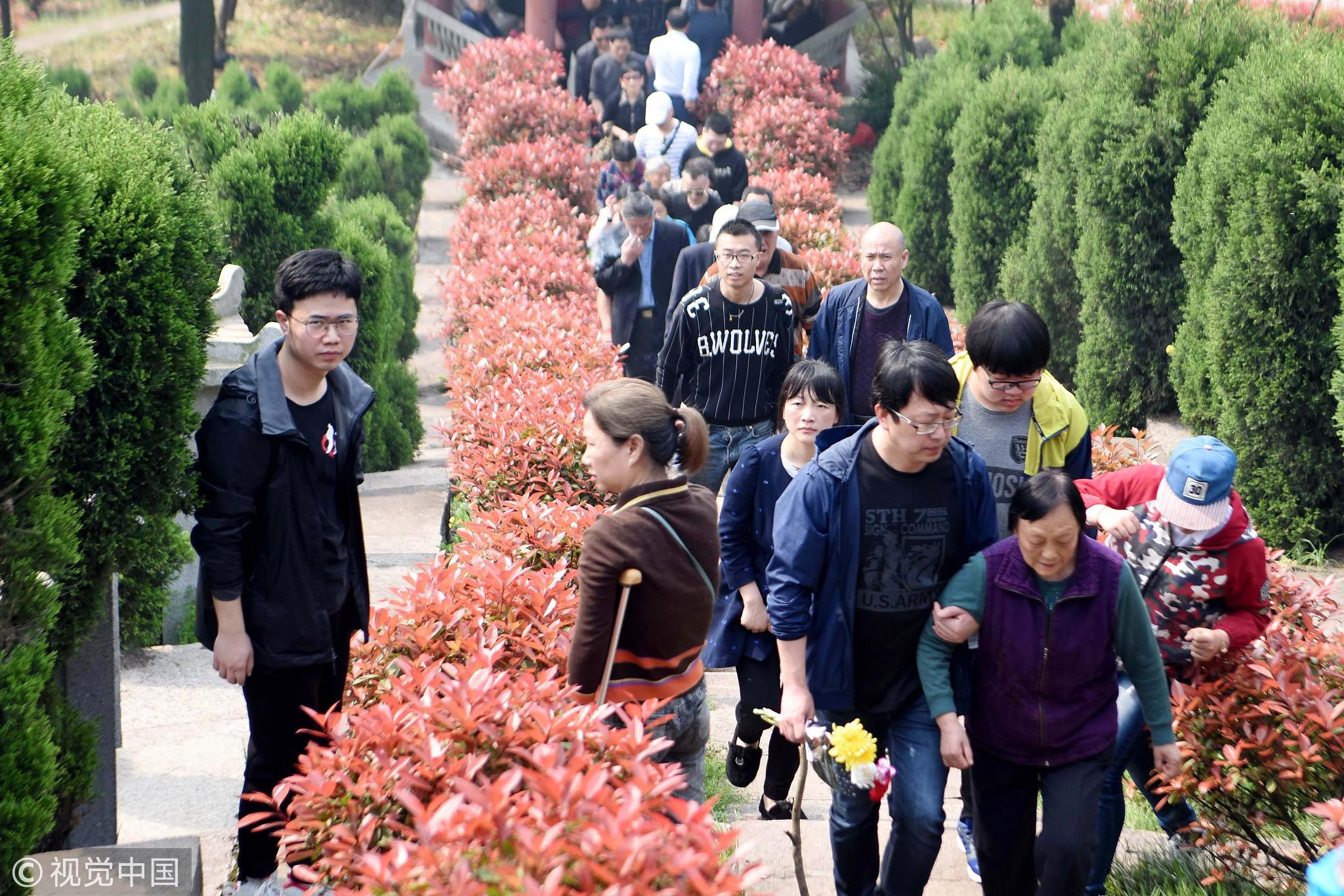 """2018年4月1日,在安徽铜陵义安区葛仙陵园,市民在清明节前""""错峰""""扫墓。/视觉中国"""