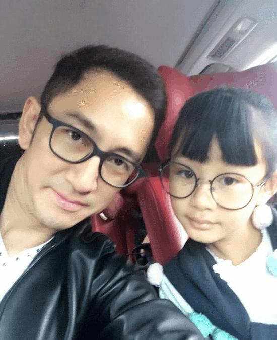 吴启华晒与女儿合照 小猪猪爱上了眼镜千万别近视啊