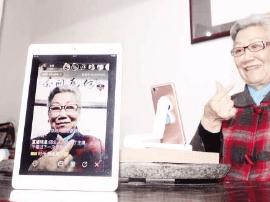 """退休后在厦门生活20年 七旬""""潮奶奶""""爱上玩直播"""