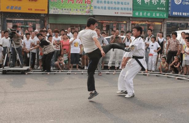 王荣宏导演《铁拳》同一个电影打造穿越英雄