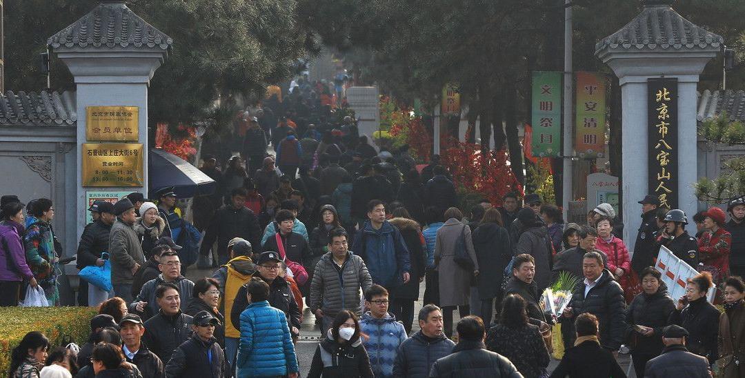北京迎来清明节前首个祭扫高峰
