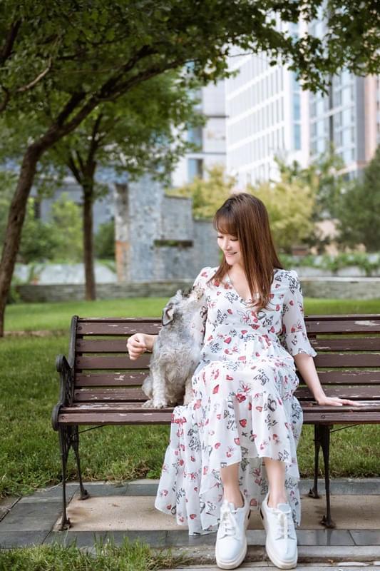 陈紫函夏末写真 和爱犬互动萌趣十足