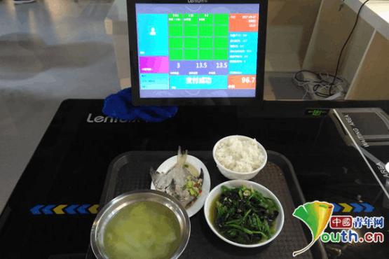 """南航食堂现""""黑科技"""" 吃饭可显示成分和热量"""
