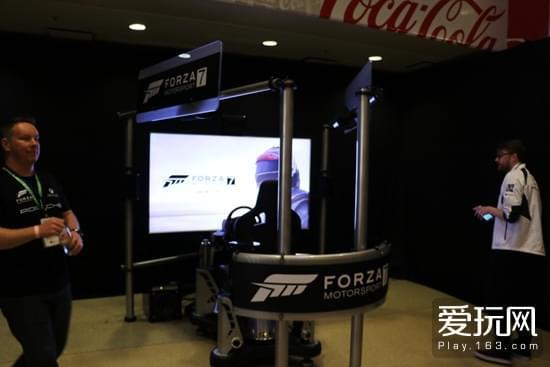 现场有一台《极限竞速7》驾驶框体