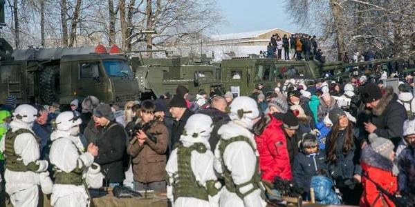 俄罗斯军队活动如同军民大联欢