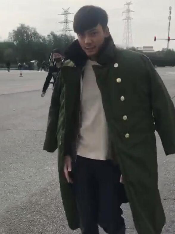 """北京真的开始""""娘""""了?陈伟霆都穿军大衣了!"""