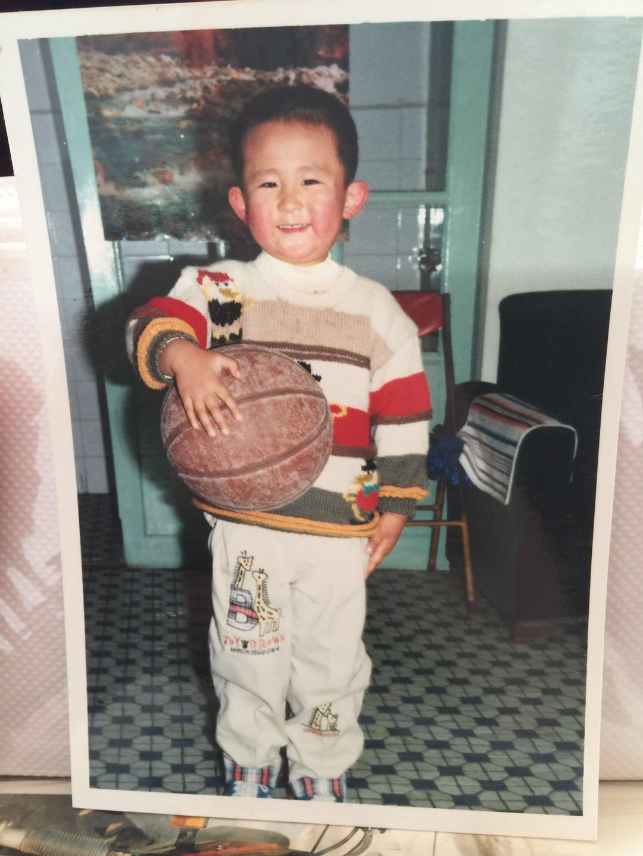 他被老师逼着打篮球,本该与周琦齐头并进,一场意外让他这点超丁彦雨航