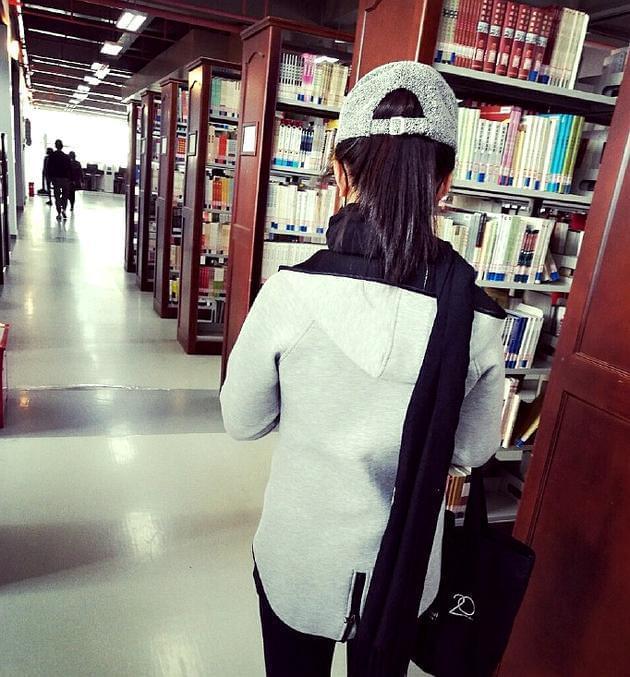 网友图书馆偶遇林妙可 头戴帽子打扮低调