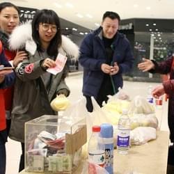 寒冬志愿者义卖为重病患儿筹集善款2万余元