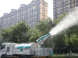 运城市园林局出动30台打药车防治病虫害