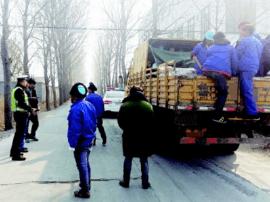 青岛:货车后斗搭棚藏下21人 司机被记6分罚款200元