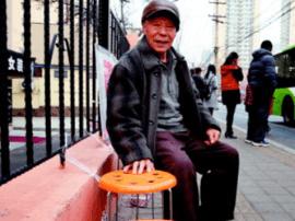 青岛八旬老人自费为公交站添置近3000个爱心板凳