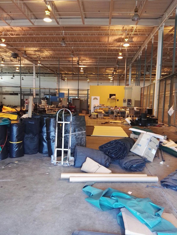 工人正在为厂房铺设地胶
