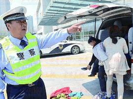 青岛一男孩上学路上遭车祸骨折 警车接力送医