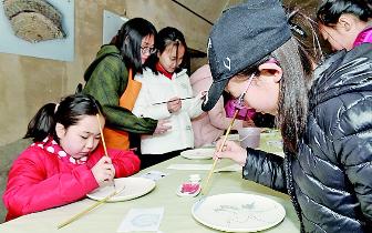 首届中小学生陶艺大赛开幕 中小学生积极学陶艺